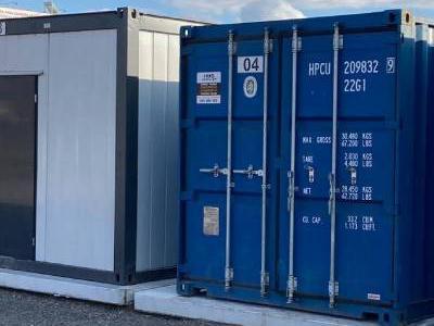 niebieskie kontenery